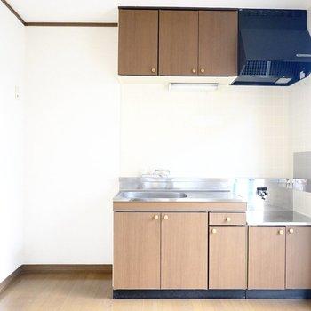 ヴィンテージかな?ってぐらいの木目のキッチンが可愛い◎