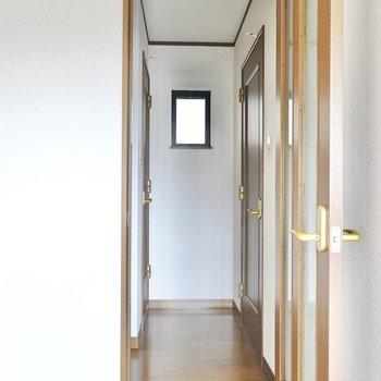 廊下へのドアを開けると、右に脱衣所、左にトイレと階段が。
