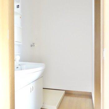 脱衣所の奥に洗濯機置場。ふたり一緒に立てるスペースだね。