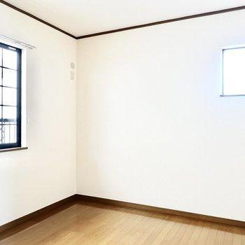 こちらも同じ6帖の広さ。格子状の窓が可愛らしい◎
