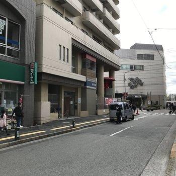 駅から徒歩すぐ。お店が多く便利な立地です。