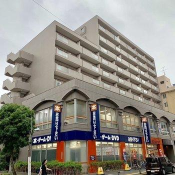 1階にお店が入ったマンションの4階です。