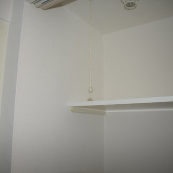 洗濯機の上に棚が〜!脱衣所がないのでここにタオル置くのも良さそうですね!(※写真は10階の同間取り別部屋のものです)
