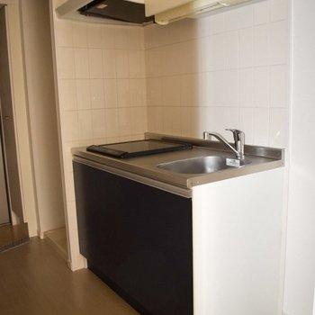 暗色のキッチンが可愛い!暗い色でもカッコよくなりすぎないところが素敵です。(※写真は10階の同間取り別部屋のものです)