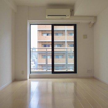 真っ白可愛い…白いカーテンが似合いそう。 明るくシンプルな1K。(※写真は10階の同間取り別部屋のものです) ※写真は通電前です。