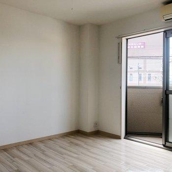 白の清潔感のある洋室ですね〇
