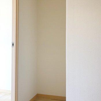 キッチンの隣には冷蔵庫を置くスペースも。