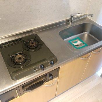 キッチンにはガスコンロ2口付き。料理もはかどりそう。