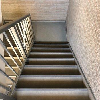 お部屋までは階段を使いましょう。
