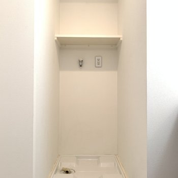左側には洗濯機置き場。(※写真は10階の同間取り別部屋のものです)