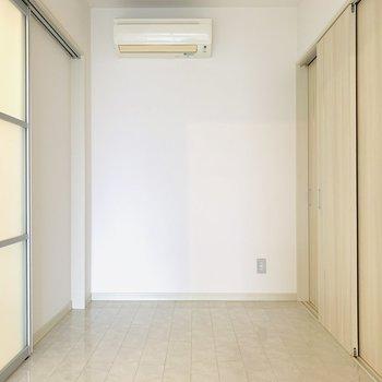 【洋室】ベットがちょうど入るサイズ感で広すぎず、落ち着けそうです。(※写真は10階の同間取り別部屋のものです)