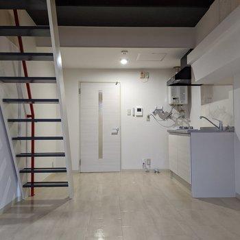 階段やキッチンはドア側にまとまっているので残りのスペースを広々活用できます
