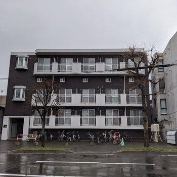 外からは3階建てのように見えるマンション