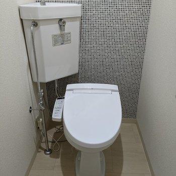 タイル風クロスのおトイレ。ウォッシュレットつき