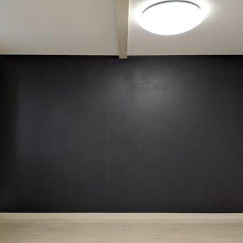 洋室はブラッククロスでカッコイイ。モノトーンなインテリアで飾るとgood