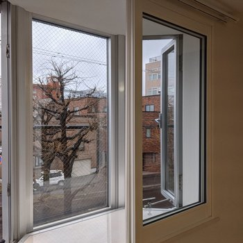 出窓も西向き。植物や置物を飾るのにちょうどよいスペース