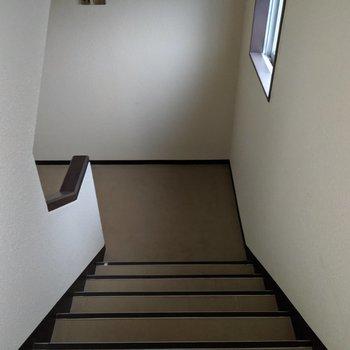 共用階段は落ち着いた雰囲気