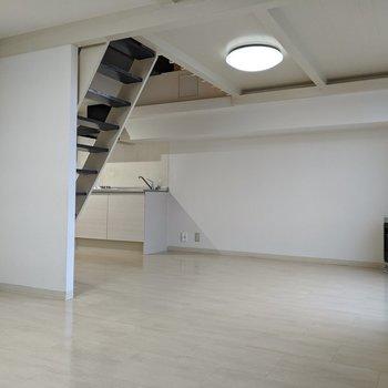 リビング側は白がメインで清潔感のあるお部屋。