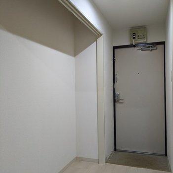 土間部分はコンパクト。広めの玄関スペースにシューズボックスを置いて靴を整理整頓♪