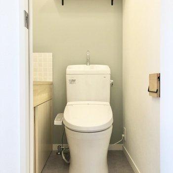 トイレには上部に棚と、