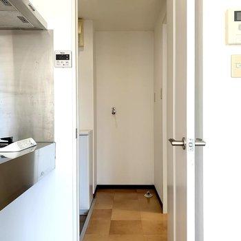 キッチンの隣のドアの奥には水廻り。正面に洗濯機置場と、