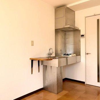 そんなロフトのはしごの下には、シンプルでかっこいいシルバーのキッチン。