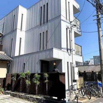 3階建ての鉄骨マンションです。