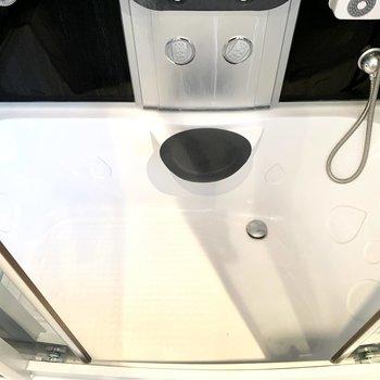 下部は浴槽のようになっていますので、お湯を張って浸かることもできそうですね。