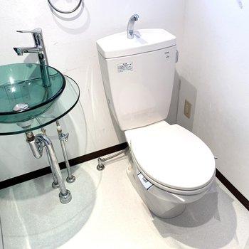 おトイレはコンセントがあるのでウォシュレットの後付けも可能です。