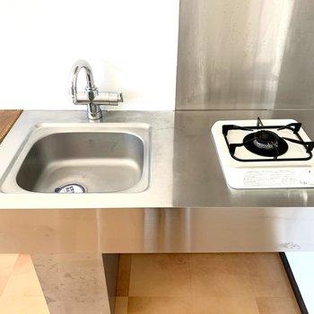 コンパクトな単身キッチンですが、カウンター付で作業スペースが増えているのが嬉しいですね◎