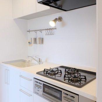 キッチンは大きな3口ガスコンロ!※写真は似た間取り別部屋のもの