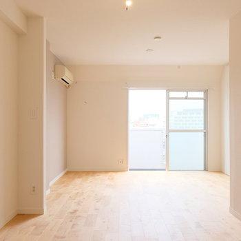 キッチンの隣にダイニング、奥をリビングにして生活にメリハリを◎※写真は似た間取り別部屋のもの※洗濯機置き場が設置されます