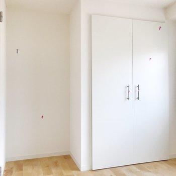 【洋室】左側のスペースには棚が置けそうです