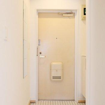 玄関にはコート掛けと全身鏡!お出かけ前に全身チェック◎※写真は似た間取り別部屋のもの