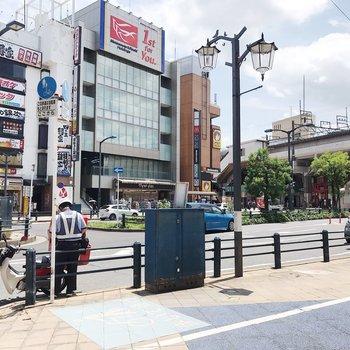 駅前はコンビニやドラックストア、飲食店などがまとまっています