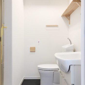 お隣にトイレ。こちらにも無垢材が施されています