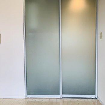 キッチン横の半スケルトンの扉を開けると、、