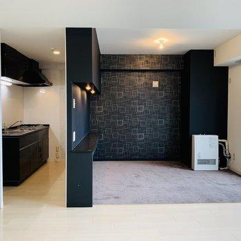 絨毯張りの洋室横がキッチン