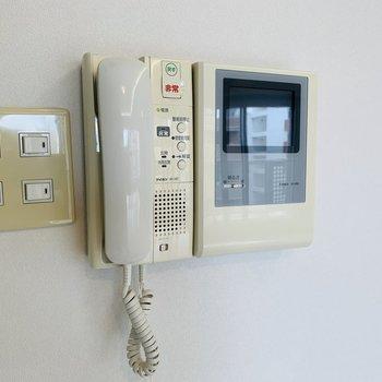 モニターホンは受話器タイプ