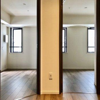 洋室は2つ隣り合っています。まずは右側から。