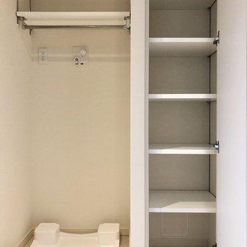 その横に洗濯機置き場、さらに棚があります。