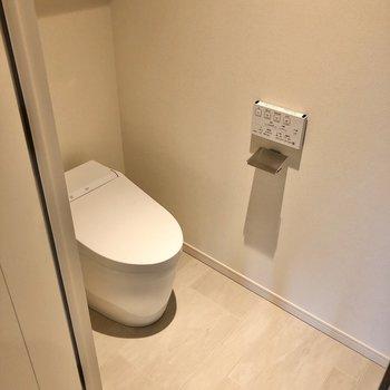 トイレはタンクレスでスタイリッシュです。