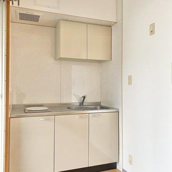 キッチンは洋室の出っ張り部分に。右手に冷蔵庫やレンジを置きましょう。