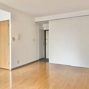 玄関と洋室はフラットです。左手のドアは脱衣所につながっています◯