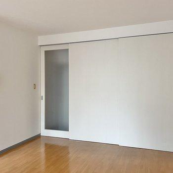 ドアをしめて空間を区切ることもできますよ◯半透明なドアのお隣は……