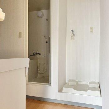 キッチン横にある扉から脱衣所へ。正面には洗濯機置き場がありますよ。
