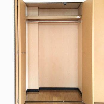 収納はお部屋に1つ。ハンガーポール付きです。(※写真は5階の反転間取り別部屋のものです)