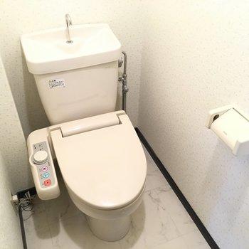 トイレの上部には棚がついていますよ。(※写真は5階の反転間取り別部屋のものです)