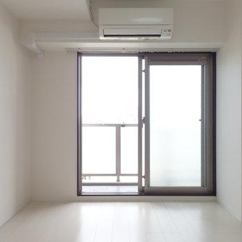 ベッドは左の壁に沿わせようかな。(※写真は6階の同間取り別部屋のものです)