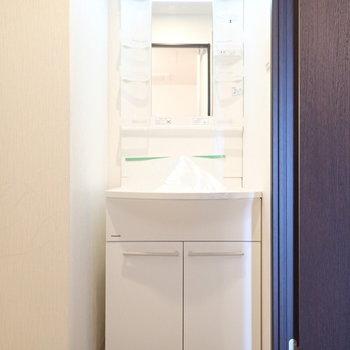 洗面台はすっぽりと。(※写真は6階の同間取り別部屋のものです)